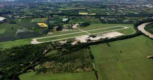 Vista dall'alto della pista dell'aeroporto di Boscomantico