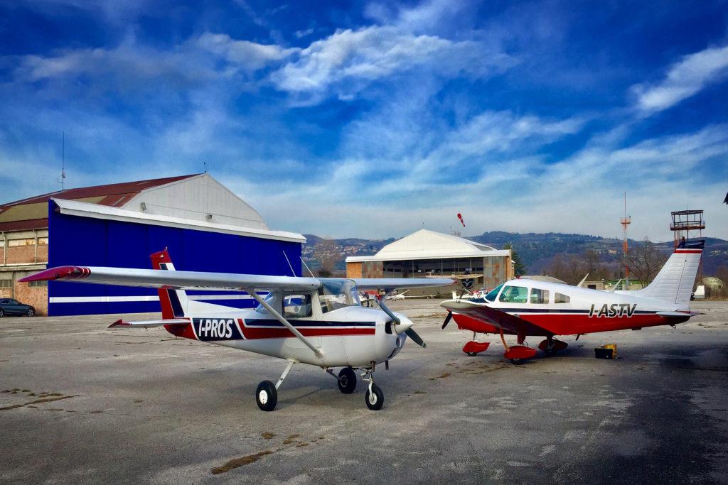 Aeroplani parcheggiati presso la sede dell'aeroporto di Boscomantico